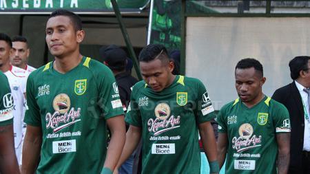 M Syaifuddin dan pemain Persebaya yang lain masuk ke lapangan. - INDOSPORT