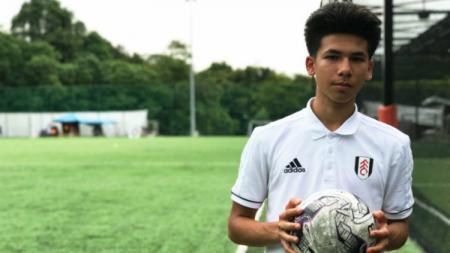 Gelandang berdarah Thailand-Inggris, Ben Davis mendapatkan perpanjangan kontrak dari Fulham. - INDOSPORT