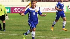 Indosport - Soukaphone Vongchiengkham atau yang sering disebut Messinya Timnas Laos memberikan ucapan selamat kepada pelatih Vietnam, Park Hang-seo.
