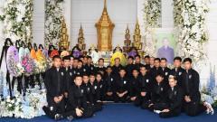 Indosport - Skuat Timnas Thailand di Pemakaman Vichai Srivaddhanaprabha