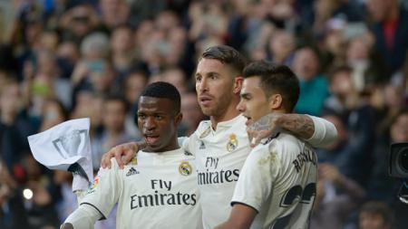 Sergio Ramos merangkul Vinicius Junior dan Reguilon. - INDOSPORT