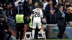 Indosport - Santiago Solari memeluk Vinicius Junior.