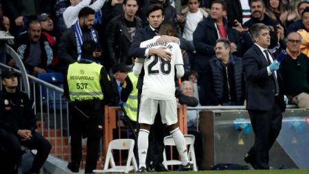 Santiago Solari memeluk Vinicius Junior. - INDOSPORT