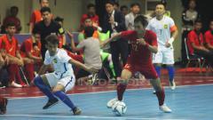 Indosport - Pemain Indonesia mengontrol bola dari pemain Malaysia