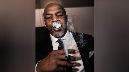 Meskipun terkenal garang dan ganas di dalam ring, Mike Tyson adalah salah satu sosok mualaf yang terkenal tenang dan bisa menahan amarahnya. - INDOSPORT