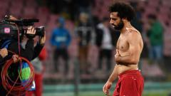 Indosport - Mohamed Salah tertunduk lesu pasca dikalahkan Napoli.