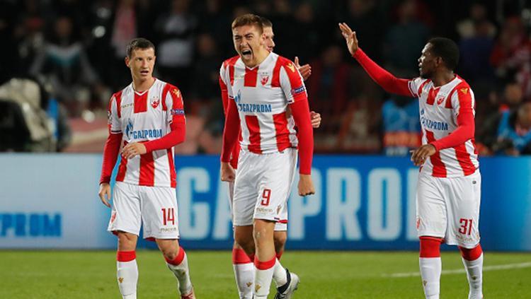Milan Pavkov (tengah) berselebrasi usai mencetak gol ke gawang Liverpool. Copyright: Getty Images/Pedja Milosavljevic