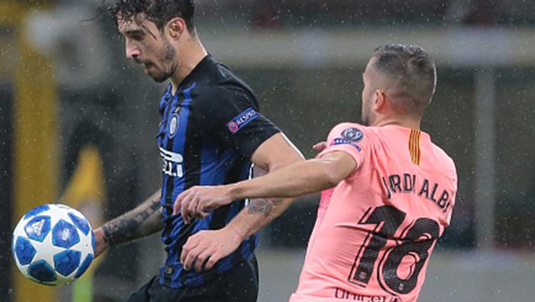 Sime Vrsaljko (kiri) menjaga penguasaan bola di tengah penjagaan Jordi Alba. Copyright: Getty Images/Emilio Andreoli