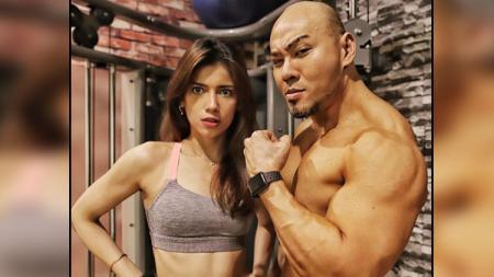 Sabrina Chairunisa dan Deddy Corbuzier, 2 publik figure yang suka melakukan workout untuk jaga kebugaran tubuh. - INDOSPORT