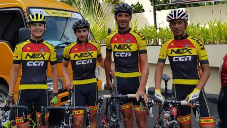 Salah satu peserta Tour de Singkarak, Lex Nederlof (kedua dari kanan). - INDOSPORT