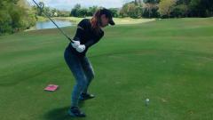 Indosport - Maria Ozawa sedang bermain golf.