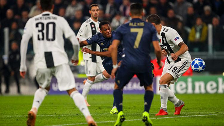 Upaya Martial melepaskan tendangan ke gawang Juventus. Copyright: Getty Images