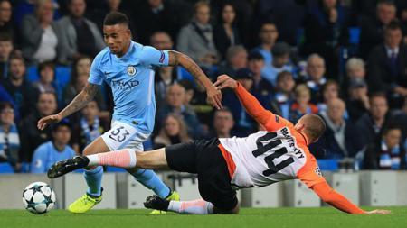 Aksi pemain Manchester City, Gabriel Jesus saat melewati hadangan lawan. - INDOSPORT