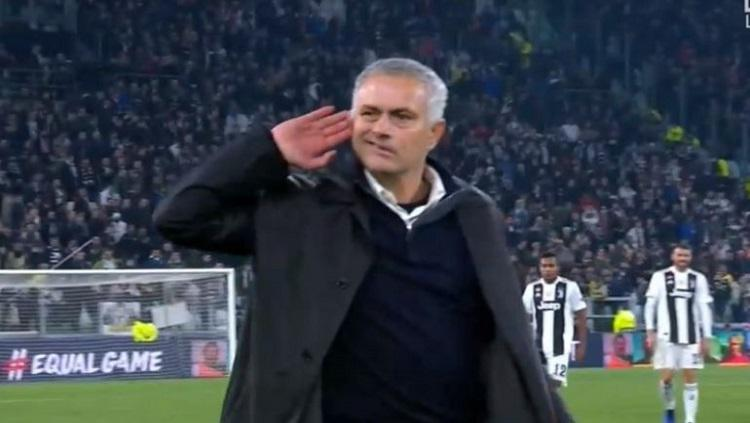 Mourinho ejek fans Juventus Copyright: Caught Offside