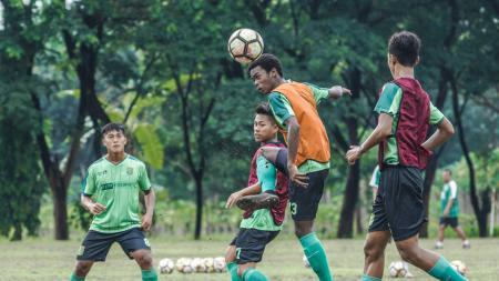 Para penggawa Persebaya Surabaya U-19 dalam latihan jelang jumpa Persib Bandung. - INDOSPORT