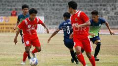 Indosport - Bagus Kahfi sedang membawa bola dikakinya bergulir dengan lincah.