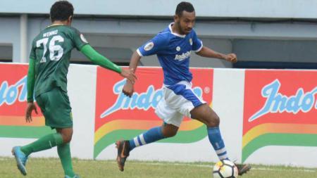 Tak ada salahnya untuk mengetahui kiprah singkat wonderkid Persib Bandung Julius Josel Omkarsba usai jalani debut di Liga 1 2019. - INDOSPORT