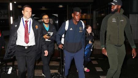Pogba saat tiba di bandara Manchester tanpa rekan-rekannya. - INDOSPORT