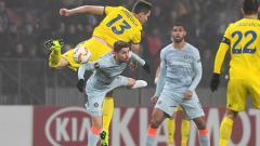 Indosport - Duel udara di laga BATE vs Chelsea.
