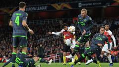 Indosport - Alex Iwobi melancarkan tendangan ke arah gawang Sporting Lisbon.