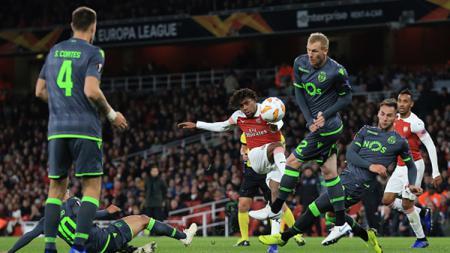 Alex Iwobi melancarkan tendangan ke arah gawang Sporting Lisbon. - INDOSPORT