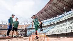 Indosport - Gelandang Persebaya, Nelson Alom, kembali berlatih usai cedera.