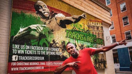 Usain Bolt saat membuka restoran ala Karibia di Kota London - INDOSPORT