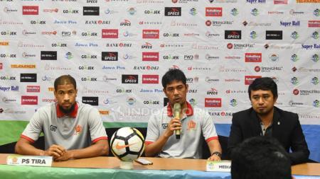 Nilmaizar (tengah), pelatih PS TIRA dalam konfrensi pers. - INDOSPORT