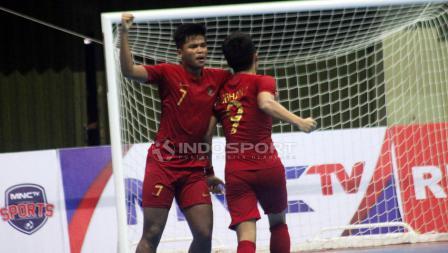 Sauqy Saud memeluk Subhan Faidasa (kanan) usai terciptanya gol kedua untuk Indonesia ke gawang Thailand.