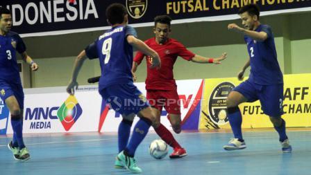 Ardiansyah Runtuboy (kedua dari kanan) mencoba melewati dua pemain Thailand.