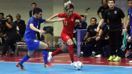 Bambang Bayu Saptaji (kanan) menggiring bola mencoba melewati pemain Thailand.