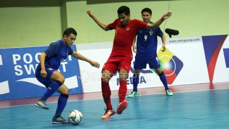 Pemain Indonesia, Marvin Alexa mencoba menghalangi pemain Thailand yang ingin melakukan umpan.