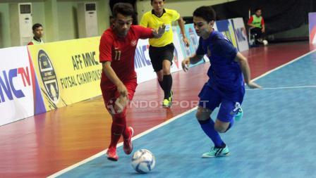 Ardiansyah Runtuboy (kiri) mengandalkan kecepatannya untuk melewati pertahanan pemain Thailand.