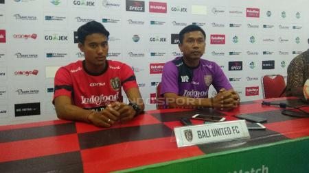 Mantan pelatih Bali United, Widodo Cahyono Putro bersama sang pemain, I Made Andhika Wijaya. - INDOSPORT