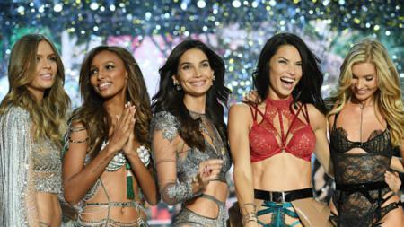 Model Victoria's Secret Angels, di antaranya Adriana Lima dan Lily Aldrige. - INDOSPORT