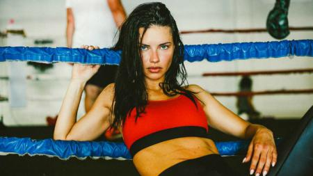 Model Victoria's Secret berdarah Brasil, Adriana Lima. - INDOSPORT
