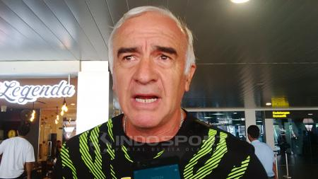Pelatih Persib, Mario Gomez saat ditemui di Bandara Husein Sastranegara, Kota Bandung, Sabtu (10/11/2018). - INDOSPORT