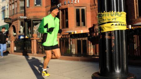 Ilustrasi pria berusia 40 tahun ke atas sedang jogging. - INDOSPORT