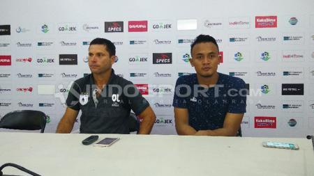 Pelatih Persipura Jayapura, Oswaldo Lessa dan Panggih Prio Sembodho usai laga. - INDOSPORT