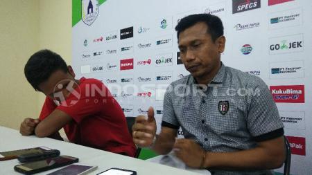 Pelatih Bali United, Widodo Cahyono Putro bersama pemainnya, Yandi Sofyan Munawar saat konferensi pers usai laga. - INDOSPORT