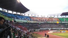 Indosport - ISL 2014, PSM Makassar menjamu Persebaya di Stadion Gelora Bung Tomo.