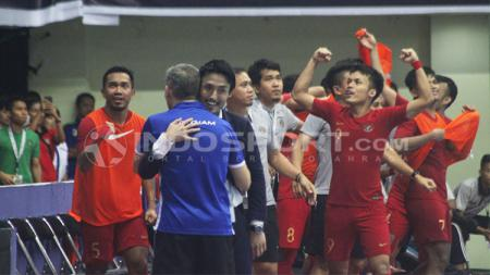 Kebahagiaan pemain Timnas Futsal Indonesia dan pelatih Kensuke Takahashi. - INDOSPORT