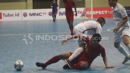 Pemain Timnas Indonesia, Anri Kustiawan, terjatuh usai dijegal dua pemain Vietnam.