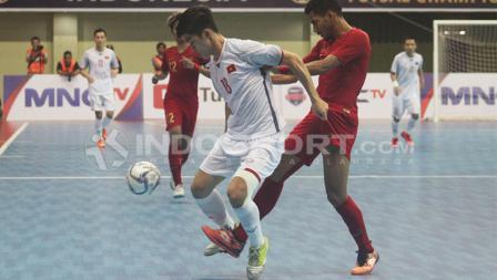 Pemain Vietnam, Chu Tan Ven, berusaha melindungi bola dari gangguan Marvin Alexa Wossiry.