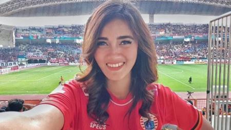 Fans berat raksasa sepak bola Indonesia, Persija Jakarta, yang bernama Jess Amalia, justru malah kegirangan usai wajahnya jadi penghias truk di jalanan. - INDOSPORT