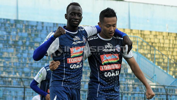 Selebrasi gol Konate Makan dan Dendi Santoso di laga lanjutan Liga 1 kontra Perseru Serui. Copyright: Ian Setiawan/INDOSPORT
