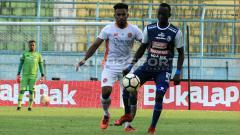 Indosport - Aksi Konate Makan saat berebut bola dengan pemain Perseru Serui di laga lanjutan Liga 1.