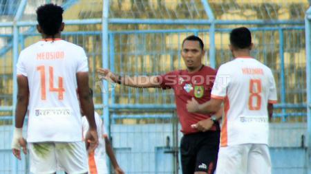 Wasit Fariq Hitaba saat meladeni protes pemain Perseru. - INDOSPORT