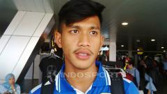 Indosport - Bek Persib Bandung, Indra Mustafa saat ditemui di Bandara Husein Sastranegara, Kota Bandung, Sabtu (10/11/2018).