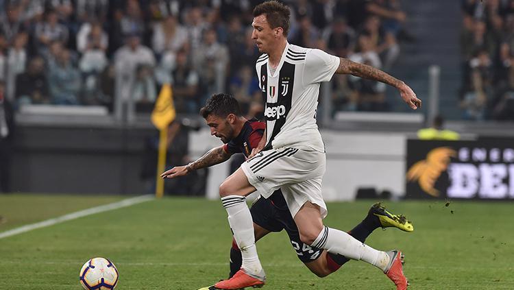 Mandzukic mencoba menguasai bola. Copyright: Tullio M. Puglia/Getty Images